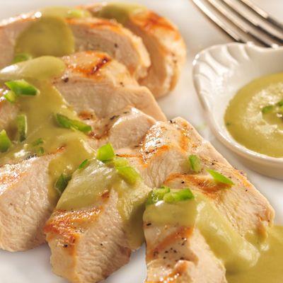 Los chiles poblanos rostizados le dan a esta increíble salsa un sabor más intenso. Disfrútala con po...