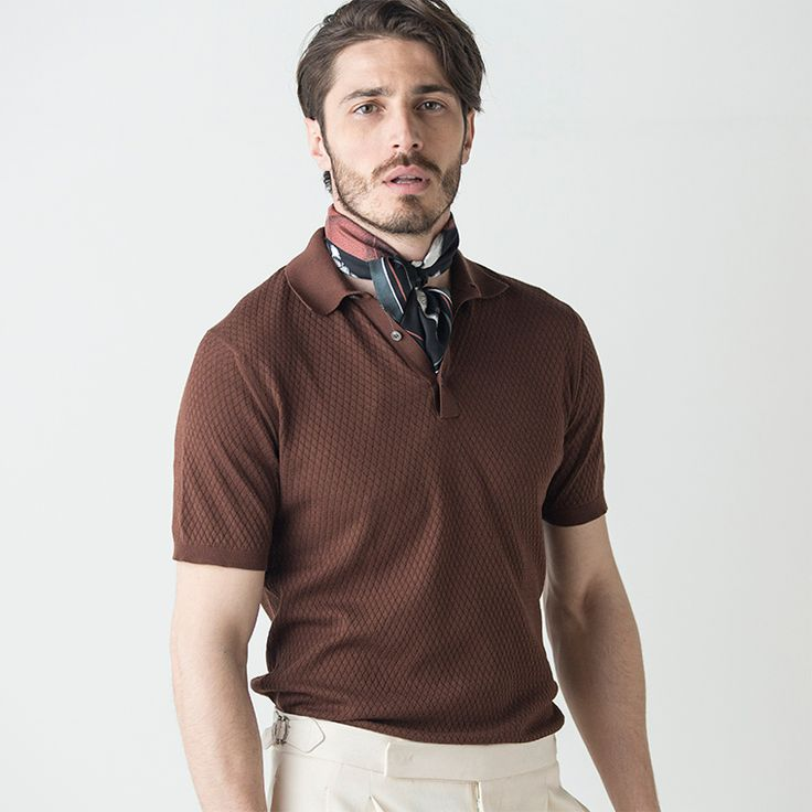 """これからの季節に欠かせないアイテムであるポロシャツは、クラシックな雰囲気のニットポロを中心とした""""レトロポロ""""に注目。ドレスクロージングのカジュアル化の反動から、クラシック回帰の流れにある今日ではカジュアルなポロシャツやTシャツよりもリラックス感がありながらも品のあるレトロポロがトレンドです。リブ編みやワッフル、さらにはジャカードやパイピングなどバリエーション豊富なレトロポロを使ったスタイリングをご紹介します。"""