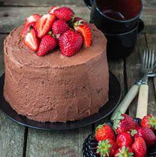 Μια τούρτα με αφράτο παντεσπάνι και έναν αξεπέραστο συνδυασμό σοκολάτας και φράουλας που θυμίζει μια αγαπημένη μας σοκολάτα kiss