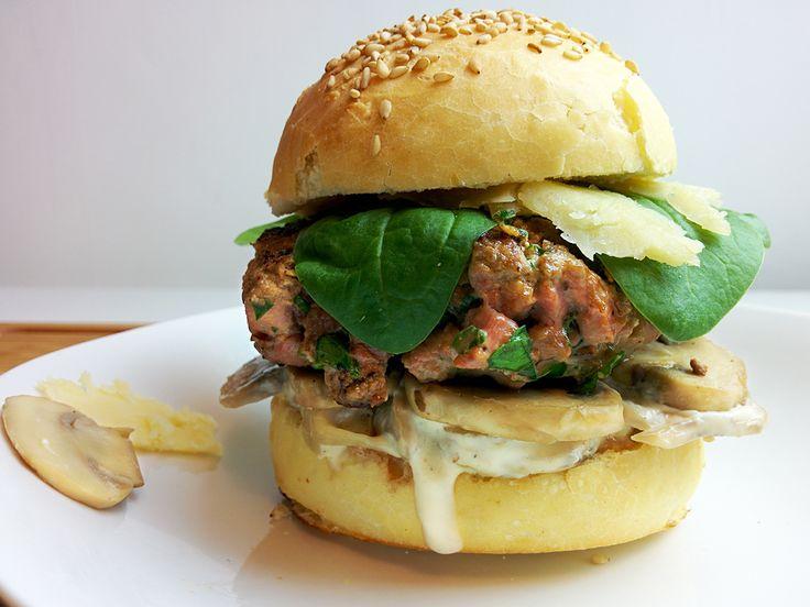 Recette de burger d'automne au canard, copeaux de salers, pousses d'épinard et sauce champignons