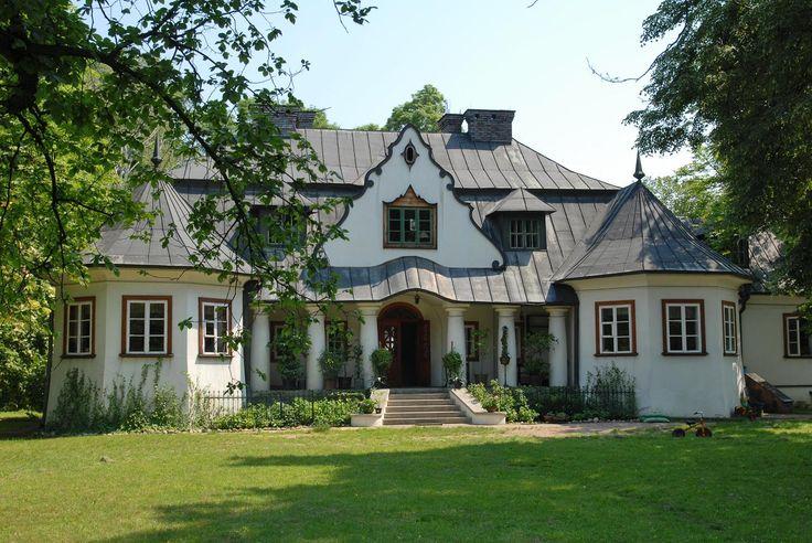 Dworek w Kuznocinie. Został wybudowany w latach 1923-24 według projektu Franciszka Morawskiego w stylu dworkowym z elementami klasycystycznymi i barokowymi, dla Haliny ze Smoleńskich i Karola Woyzbunów. Obecnie w rękach prywatnych.