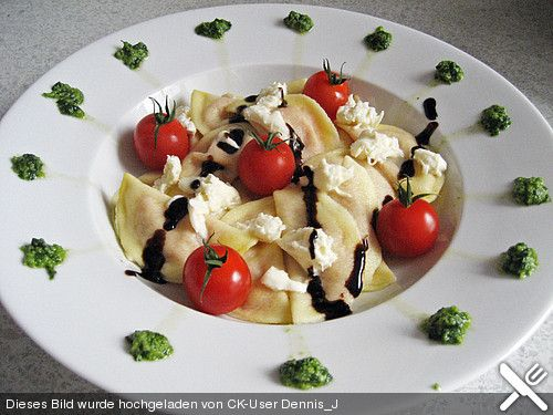 Ravioli mit Tomaten - Mozzarella Füllung, Basilikum-Pesto und Crema All´ Aceto Balsamico, ein gutes Rezept aus der Kategorie Vegetarisch. Bewertungen: 3. Durchschnitt: Ø 3,8.