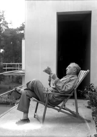 Wassily Kandinsky (1866-1944) occupied the hous from 1926 to 1932.  here: Wassily Kandinsky on his balcony 1932 - Photo: © Paris, Museé National d´Art Moderne, CGP