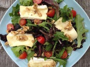 Recept voor een eenvoudige brie walnoten salade met rucola, brie, kokosolie, walnoten, snoeptomaatjes, olijfolie, balsamicoazijn, peper en zout.