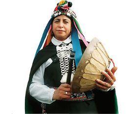 Chile-Mujer Mapuche, una machi con su kultrún.