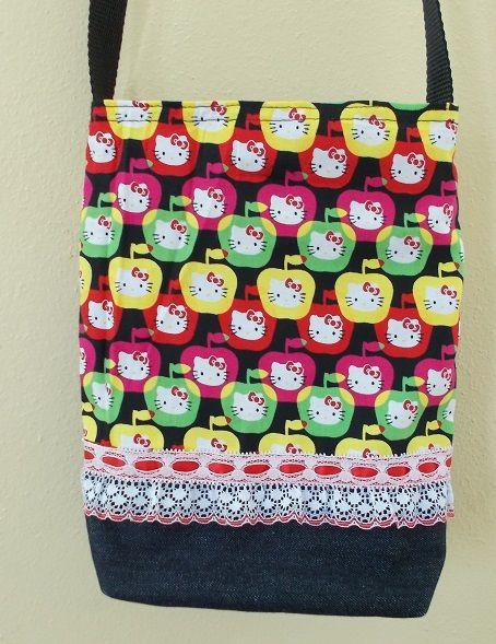 """cartera 10""""x8"""" mitad y 1\4 mahón con tela de hello kitty, de adorno puntilla mango largo sencillo , cierre de velcro"""