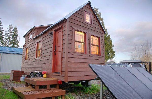 Una coppia si costruisce una casetta di legno omni-comfort