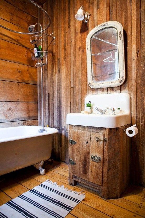Salle de bain rustique avec bois mélangés et baignoire rétro