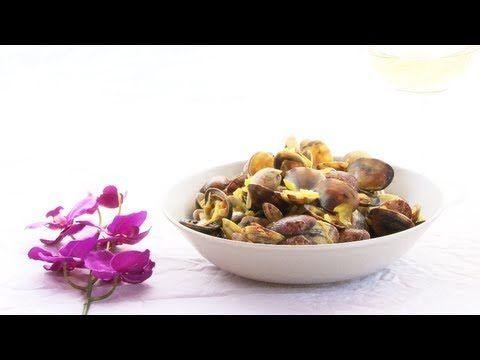 Almejas a la marinera - Venusmuscheln auf spanische Art. Das Video zeigt, wie's geht. Das Rezept zum Video gibts auf Allrecipes Deutschland: http://de.allrecipes.com/rezept/12435/muscheln-mit-wei-wein--almejas-a-la-marinera-.aspx
