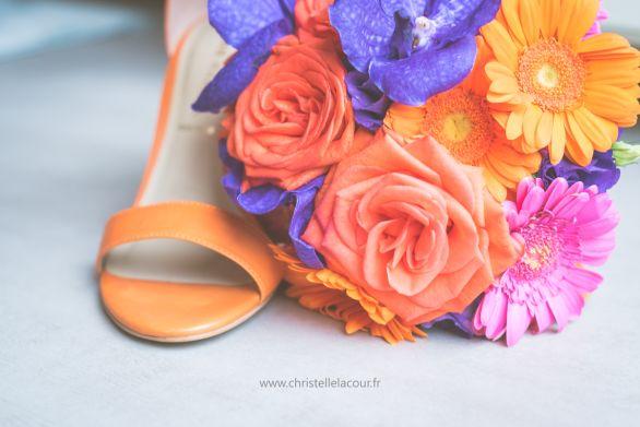 Mariage coloré près de Toulouse et Montauban - bouquet de la mariée orange, fuchsia et violet - chaussures de la mariée orange