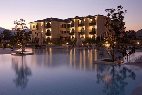 ο ξενοδοχείο Du Lac είναι χτισμένο κυριολεκτικά δίπλα στη λίμνη Παμβώτιδα με σχεδόν κάθε δωμάτιο να έχει θέα προς το όρος Μιτσικέλι. Ξενοδοχείο Du Lac