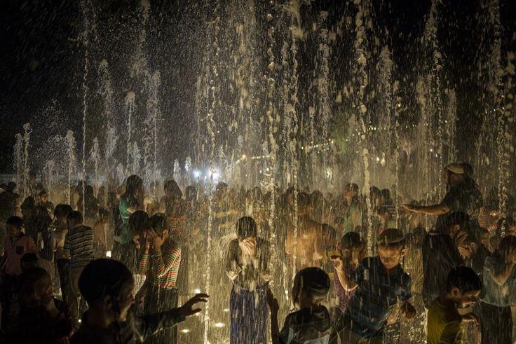 Jerusalem, Israel, von Ilia Yefimovich/Getty Images, publiziert am 5. August.   Orthodoxe Juden vergnügen sich in einem öffentlichen Brunnen in Jerusalem.