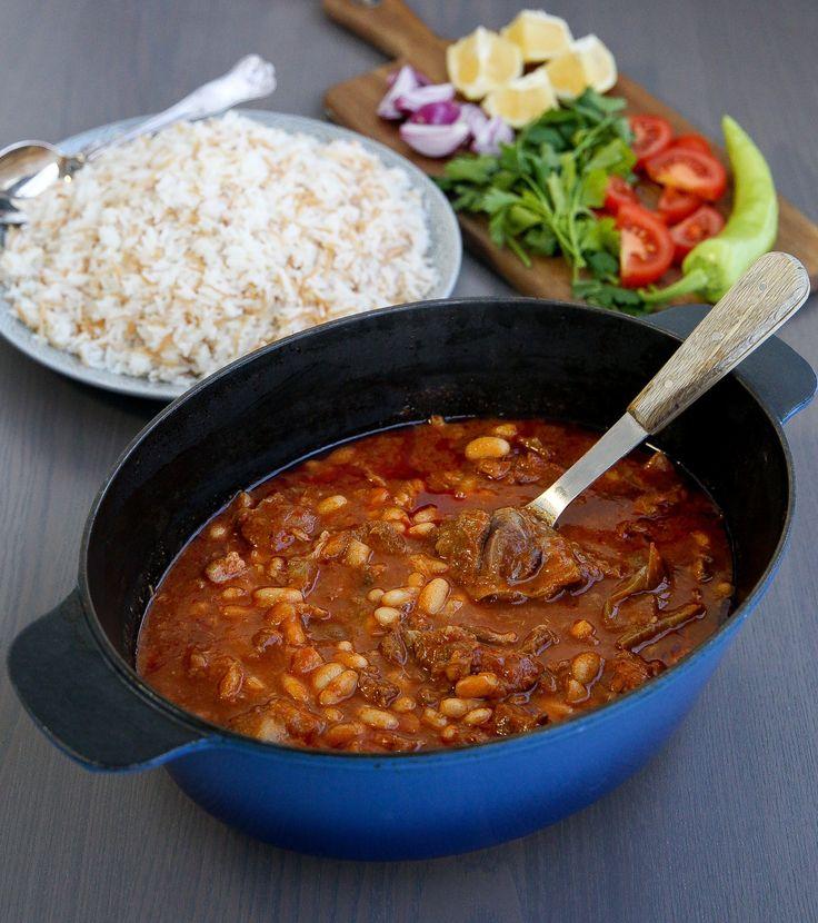 Fasolia är en Orientalisk gryta med vita bönor och kött. En fantastiskt mustig och god gryta. Här kommer recept på den Irakiska varianten.