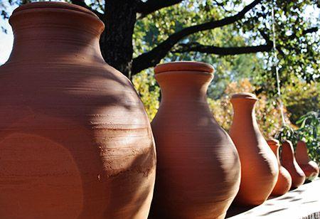 Les Oyas sont des pots en argile que l'on enterre dans les sol prés des plantes et que l'on rempli d'eau.