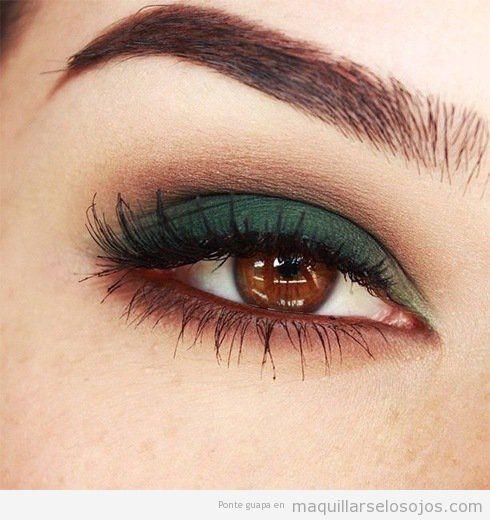 Ideas para maquillar ojos marrones en otoño utilizando sombras de ojos metalizadas y sombras de ojos azul marino y verde oscuro.