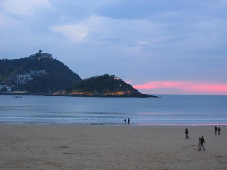 Tramonto sulla spiaggia della Concha a San Sebastian