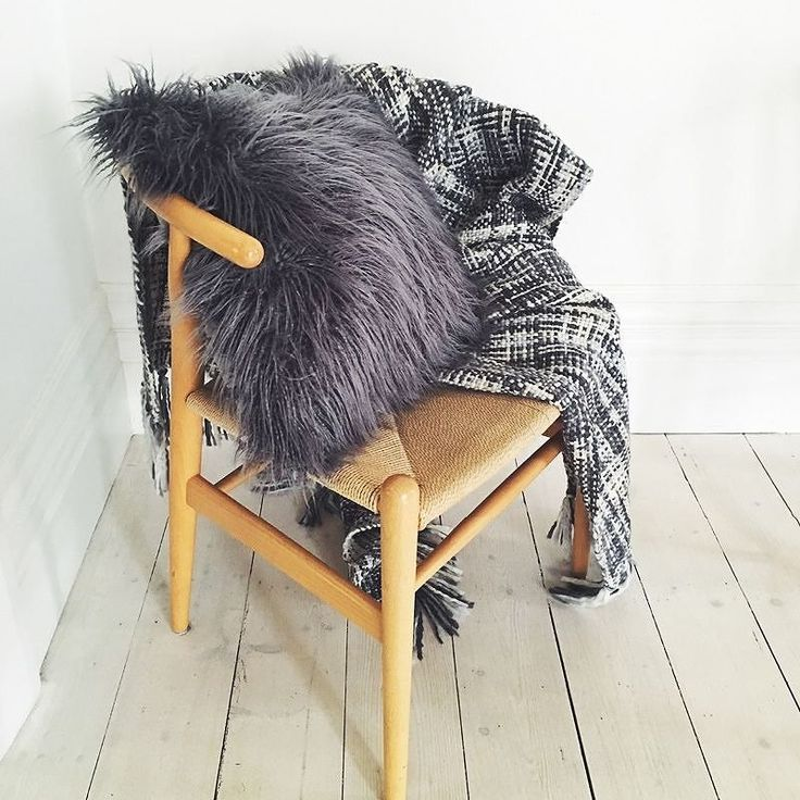 Throw yeah! How cosy does this look? #bouclethrow #fauxwoolcushion #cushioncrush #styleinspo #homestyling #interiorstyle #instapic