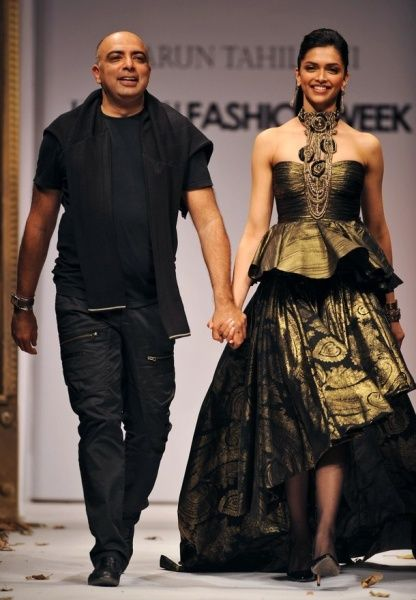 Tarun Tahiliani With Deepika Padukone. The hailstorm began with the original Manish Malhotra & how he has influenced today's Indian fashion industry & inspired designers with his bridal patterns & richly ladylike cuts. Of course after him comes Tarun Tahiliani on my list of favourite designers. And ah, what a vision Deepika is in classic black with a royal intricate of gold!