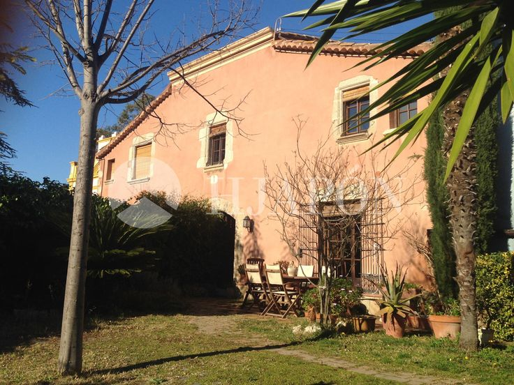 A charming estate in the centre of Teià; restored with precision and care, and located just 5 minutes from the beach