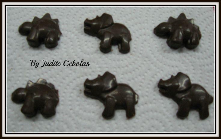 Receita Bombons de chocolate (com ou sem recheio) por Judite Chicarro Cebolas - Categoria da receita Sobremesas