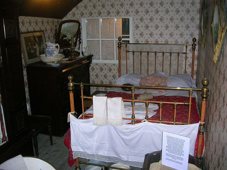 File:The Victorian Bedroom at Dalgarven.JPG - Wikipedia, the free ...