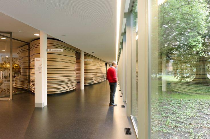 Stedelijk Museum 's-Hertogenbosch gang met auditorium en museumtuin - Bierman Henket Interieur