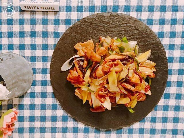 豚としいたけの #ゆず胡椒炒めを、作ってみた。  これは #平野レミ さんのレシピ。  味付けは、ゆず胡椒のみ。  豚肉としいたけの旨みが引き立ち、驚くほど  #美味しい 。  長ネギの甘味も #good 。  もはや、 #神 がかってる。  何でも、シンプルは強い。  #料理 #料理男子 #料理部 #手料理 #夕食 #肉 #野菜 #cooking #cook #delicious #dinner #healthy #meat #vegetable #slateplate #food #photodirector #instagram
