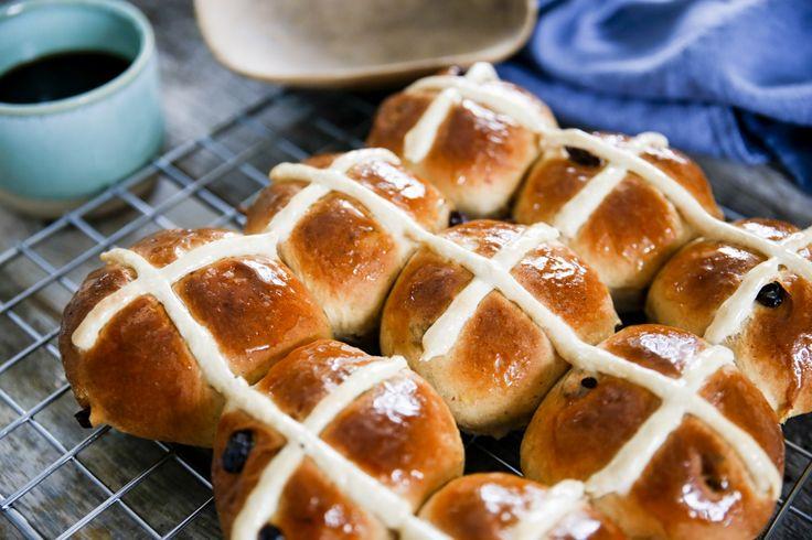 Baka läckra Hot cross buns, eller korsbullar som de även kallas!