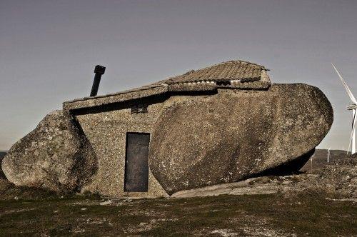La Casa do Penedo recibe este peculiar nombre debido al hecho de que fue construida entre cuatro grandes rocas que conforman la estructura de la vivienda. #Portugal #Turismo