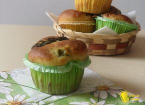 Muffin salati con asparagi e formaggio, ricetta per un aperitivo, un buffet o un antipasto; muffin salati soffici e gustosi anche senza glutine