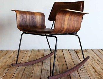 Αν και παραπέμπει σε παλιά κουνιστή πολυθρόνα της δεκαετίας του 50, η Roxy Chair είναι στην ουσία μία μοντέρνα ανατομική καρέκλα σε style vintage. Είναι κατασκευασμένη από ξύλο κόντρα πλακέ, επικαλυμμένο με φύλλα καρυδιάς και