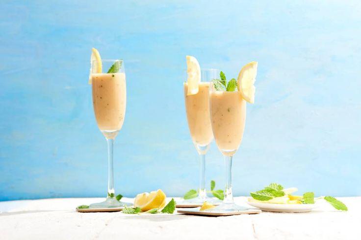 Dit is pas een bijzondere cocktail. Een waarin de traditionele prosecco is vervangen door... lemon icetea! - Recept - Allerhande