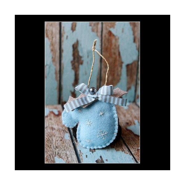 Manusa decorativa pentru Craciun realizata manual din fetru. Este decorata cu fulgi de zapada.Dimensiune:Inaltime:8 cm inaltime.Pret/buc