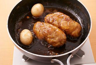 豚小間切れ肉をかたまり肉のように成形して煮豚を作ります。早く煮えるし、とっても柔らかく仕上がります。煮る前にじっくり焼いて表面を固めるのがポイント。うまみが増しておいしくなります。