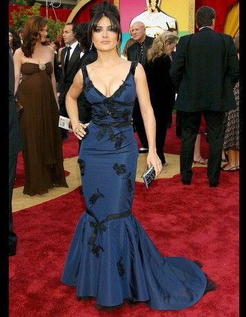 Les plus belles robes des Oscars depuis 1952. Salma Hayek en Prada, à la cérémonie des Oscars en 2005. http://www.elle.fr/People/Style/Trajectoire-mode/Les-plus-belles-robes-des-Oscars/Salma-Hayek-en-Prada