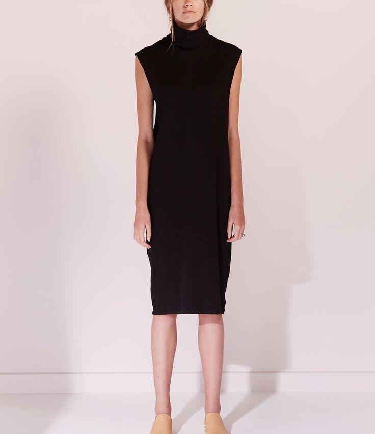 Deze prachtige dikke rib jurk van Kowtow is altijd goed. Je kan de jurk goed combineren met een legging, skinny broek of blote benen. Omdat de col jurk geen mouwen heeft is het ook altijd leuk om een strakke top met lange mouwen eronder te dragen.  Maatadvies:  De jurkvalt normaal.  Heb je toch vragen? Bel ons dan gerust even voor advies:  +31 20 362 07 84