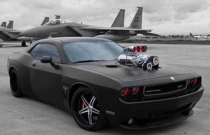 Dodge Dodge Challenger preto tunado com rodas modificadas e motor em cima do capo