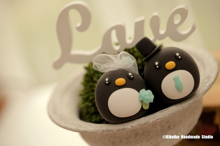 Penguins bride and groom MochiEgg wedding cake topper #weddingideas #planning #animalscaketopper #cute #handmadecaketopper #custom #claydoll #cute #ceremony #gift #weddingthings #kikuikestudio #Pinguin #cakedecor #pingüino #manchot #ペンギン