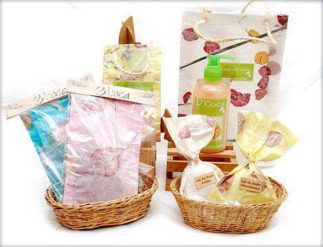 Pack de regalo  Bolsas aromatizadoras, sales de baño, inciensos, gel de ducha para cuerpo y esponja exfoliante.