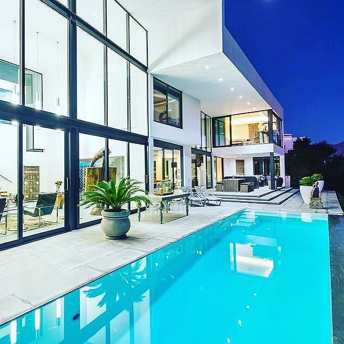Set on the Golden Mile of Somerset West in the suburb of Spanish Farm with breathtaking views of the Hottentots Holland Mountains and False Bay through to Cape Point! The Architect and designer Vernon Head is a master at creating superior homes with superior finishes and incredible spaces.⠀ ⠀ #SomersetWest #SouthAfrica #LuxuryPortfolio #LeadingRE #ChasEveritt