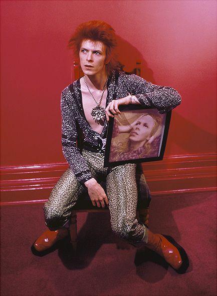 David Bowie avec l'album Hunky Dory couverture, Haddon Hall, Royaume-Uni, 1973, © Mick Rock / courtoisie La Print Room