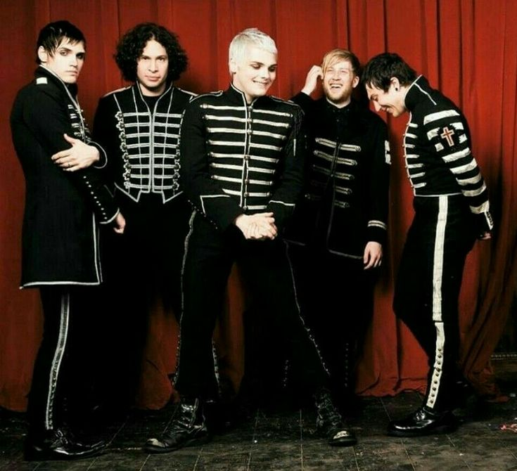HOLY SHIT A BLACK PARADE ERA PIC WHERE THEY AREN'T SERIOUS AND EMO IM SCREAMIGNNEG