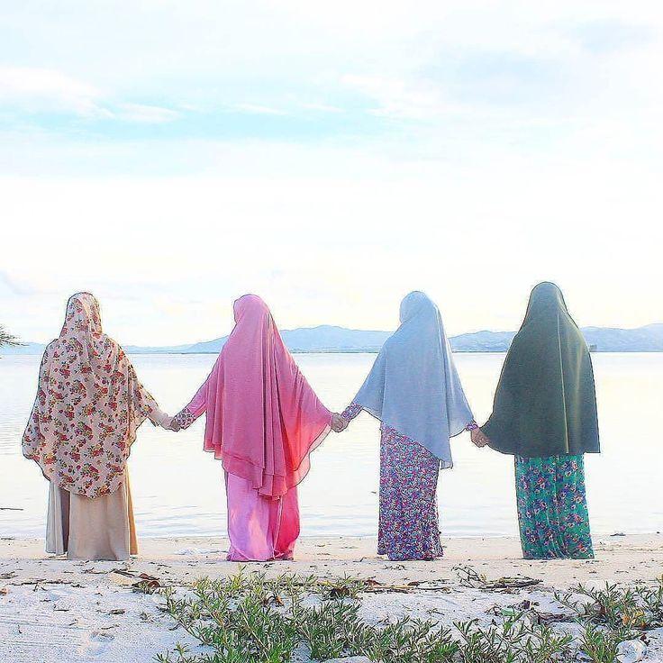 Jangan berjalan di belakangku aku tak ingin memimpin. Jangan berjalan di depanku aku tak ingin mengikuti. Berjalanlah di sampingku dan jadilah temanku .  #Lensa #Muslimah Dari Sudut Yang Indah .  Like  Share and Tag 5 Sahabat Muslimahmu .  Follow  @LensaMuslimahID  Follow  @LensaMuslimahID  Follow  @LensaMuslimahID  .  Karena Muslimah #Sholehah Itu Istimewa by @anita_asari http://ift.tt/2f12zSN