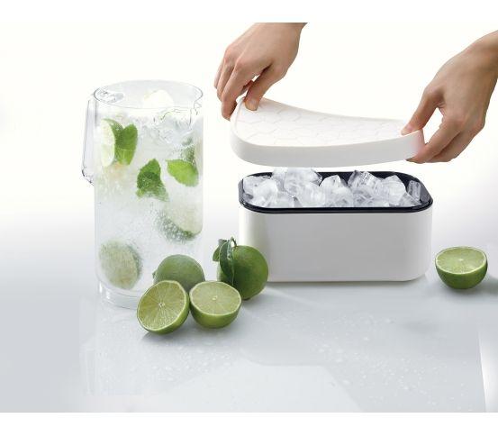 Pojemnik na lód marki Lekue może pomieścić aż 132 kostki lodu. Naczynie jest skonstruowane w taki sposób, aby jednocześnie przechowywać zamrożone kostki i mrozić kolejne. Lekue - Foremka do lodu i pudełko Ice Box, białe
