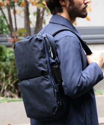 こちらは、「手で持つ」「リュックとして背負う」「肩にかける」と3WAYにアレンジできるブリーフバッグ。無駄を省いたシンプルなデザインが上品な印象です。間口はジップで大きく開き、中身の出し入れもスムーズ。A3サイズが収納できるビジネスシーンにマッチしたバッグです。