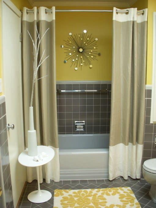 Paneles de cortina de ducha para hacer una experiencia de baño más lujoso. Para un cuarto de baño pequeño, sólo corte la cortina a la mitad y haga un dobladillo en los bordes. Fácil.