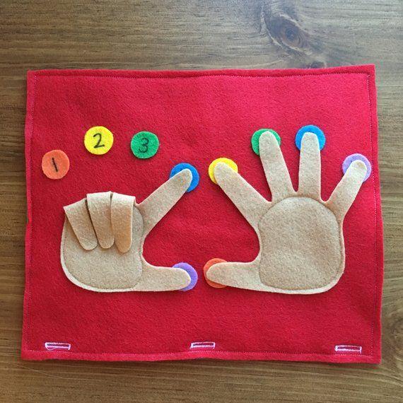 Page du livre doigt comptant calme -Votre enfant peut pratiquer des numéros d'identification comme ils comptent chaque doigt sur les mains. -Chaque numéro de 1 à 10 est placé derrière les doigts, donc ils peuvent pratiquer à compter. -Pratique l'apprentissage droite et la main