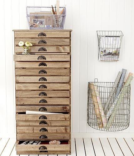 meuble en bois brut multi tiroirs plats poignets en métal. paniers de rangement en métal grillage