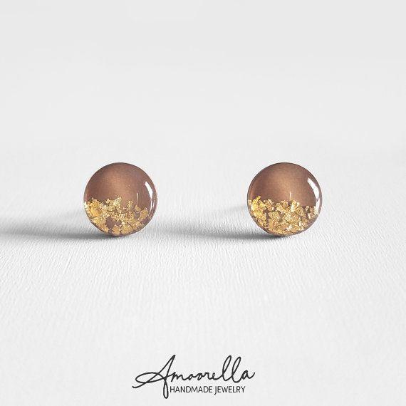 Val bruin & goud vlok Stud Earrings stud earrings handgemaakt uit klei en afgewerkt met een gewelfd glas zoals hars. Elk uniek stuk is zorgvuldig gegoten, gesneden en ingericht met de hand. Deze oorbellen zijn heel licht en wordt niet terneerdrukken je oren waardoor ze perfect voor dagelijks gebruik.  ❤ NIKKEL VRIJE ❤ ❤ VAN LEAD GRATIS HYPOALLERGENE ❤  ● GROOTTE (Diameter): 10mm ● EARRING POST: 21 Gauge ● MATERIALEN: Titanium earring berichten op chirurgische roestvrij staal lijm pads…