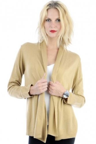 Langermet beige cardigan med knyting foran.  Inneholder 100% polyester.